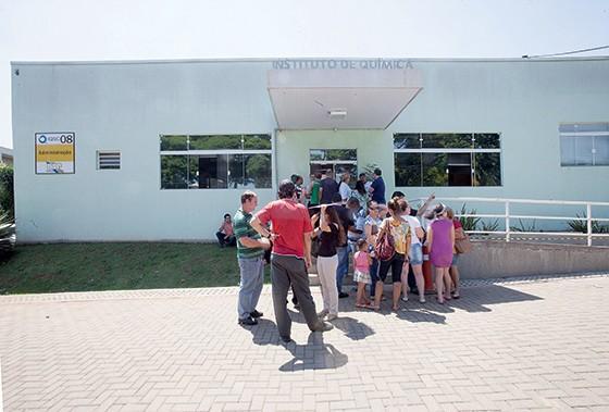 Pacientes e familiares na USP em São Carlos, à espera das cápsulas de fosfo. Na quinta-feira, dia 15, logo de manhã, as cápsulas haviam acabado (Foto: Rogério Cassimiro/ÉPOCA)