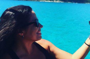 sobrevivente de câncer sorrindo e olhando o mar