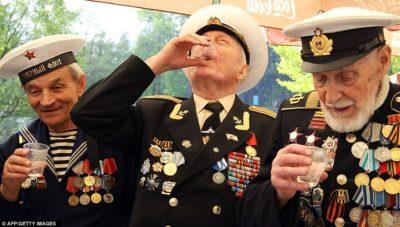 3 ex- combatentes uniformizados bebendo