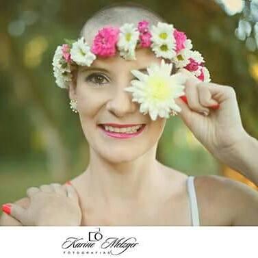 mulher careca com flores na cabeça em tratamento de linfoma
