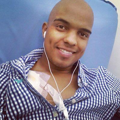 rapaz careca fazendo quimioterapia para linfoma